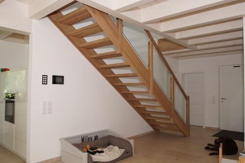 eingestemmt Holztreppe mit Glasgeländer
