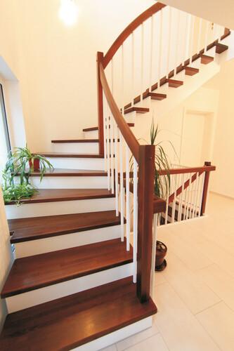 aufgesattlete Treppe mit Setzstufen
