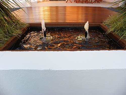 Fuente de diseño contemporáneo para jardín urbano.