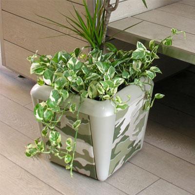 i vasi della serie COVER sono realizzati in ABS con i 4 pannelli completamente personalizzabili in diversi tipi di materiale: tappezzerie da catalogo, stampe digitali su alluminio e PVC, legno acciai