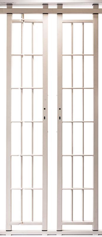 Progettazione di inferriate su misura con pratica apertura sia verso l'interno che verso l'esterno.
