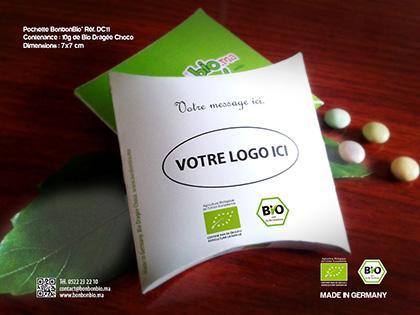 Emballage entièrement personnalisable en couleur recto et verso, contenant 10g de bio dragée choco, fabriquées et certifiées bio en Allemagne.