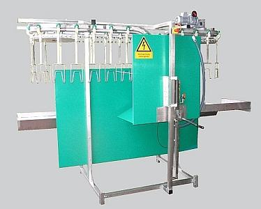 Stunning and killing line available in different capacities (± 200 - 800 chickens per hour). On 3 - 8 meters self-supporting frame. Waterbath stunning with data storage according to EU regulations.