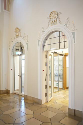 Türen in historischem Gebäude