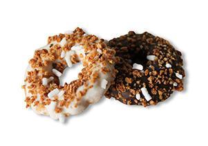 Biscotti di frolla interamente glassati al cioccolato bianco o nero con granella di amaretto e zucchero.