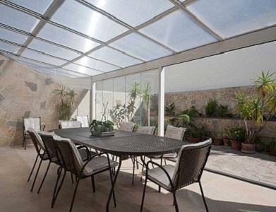 Creano ambienti a contatto con la natura , garantendo protezione dagli agenti atmosferici.I pannelli possono essere realizzati in policarbonato o vetrostratificato,con inserimento di illuminazione led