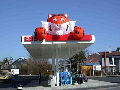 Esso Tiger auf Dach