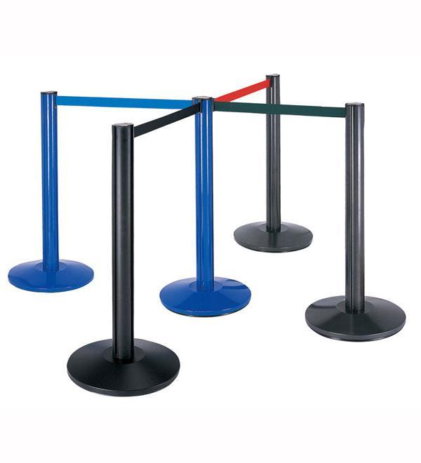 Retractable belt barrier