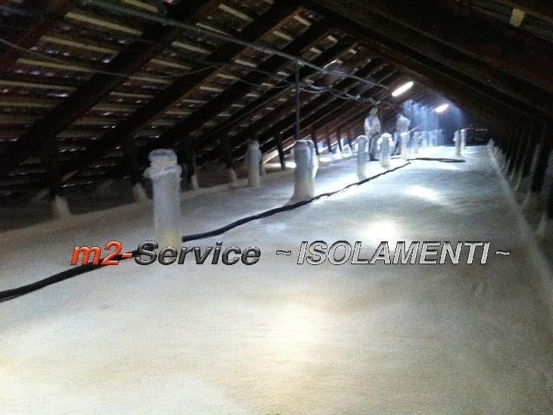 Poliuretano ad applicazione spray per la coibentazione termica ed impermeabile dei sottotetti, forma un manto unico e continuo in totale assenza di ponti termici.