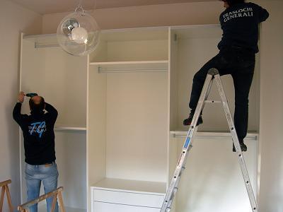 competenze congiunte specializzate d'elettricisti, idraulici, tinteggiatori, pulizie, falegnami, e d'altre figure professionali.