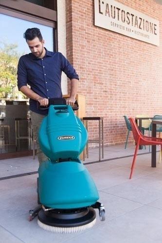 Lavasciuga pavimenti a seguire. Compatta e ripiegabile per un facile trasporto e stoccaggio.