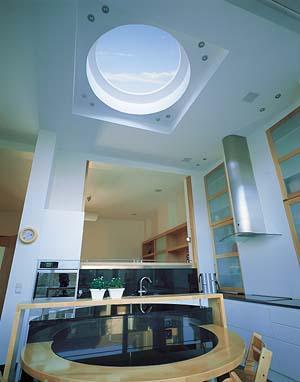 Lumière du toit donne 3 fois plus de rendement qu' avec la même surface par vitre de façade ou fenêtres .