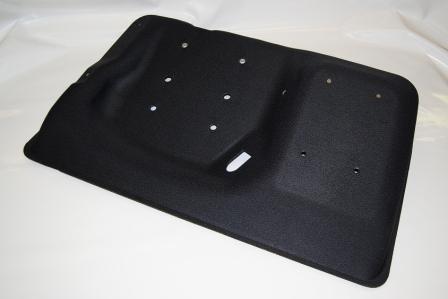 Particolare si sopracofano realizzato in materiale poroso fono-assorbente e termo-isolante. Con la stessa tecnologia produciamo cielini, tetti cabina, rivestimenti per portiere, pianali auto.