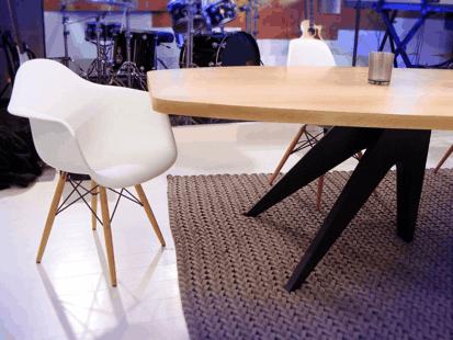 Table de repas spécialement conçue pour l'émission C à Vous de France 5. La table est composée de 3 allonges de 55cm pour une longueur totale de 4,05 mètres.