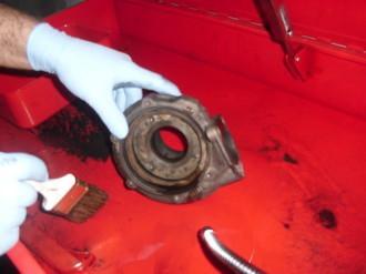 La prima fase del lavaggio viene effettuata a mano utilizzando uno speciale pennello a getto di liquido sgrassante