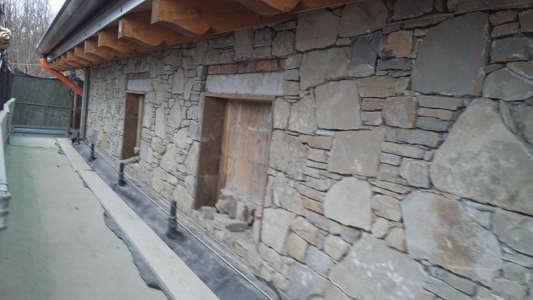 Rivestimento di muro retrostante portante ed antisismico con conci di pietra preparati e scalpellati anche a mano,il rivestimento è murato a mosaico e tipologia a secco,ovvero con malta retrostante.