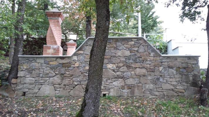 colonne di entrata elicoidali,con anima interna in cemento armato  ,possono essere realizzate anche portanti/strutturali ed in pietra.sotto vi è un muro in pietra portante,murato tipo a secco.