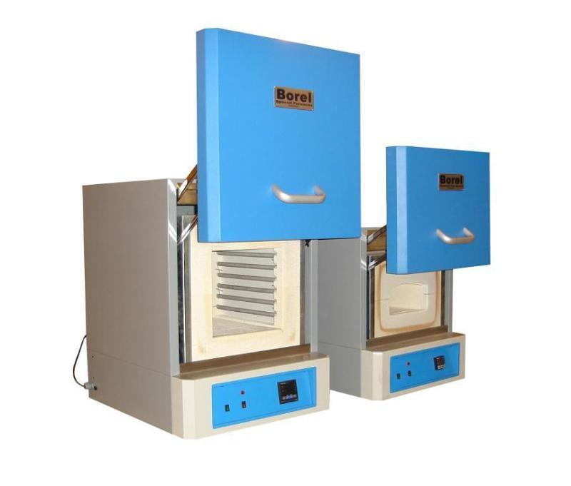 Four électrique à chambre pour toutes applications, haute température.Construction robuste en tôle pliée. Porte à dégagement vertical. Régulateur PID Axron Swiss.