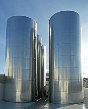 Bodegas en acero inoxidable para almacenamiento de aceite de oliva // Stainless steel storage for olive oil // Cuves en acier inoxidable pour l'huile d'olive