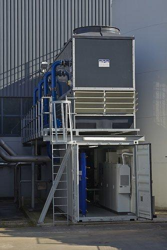 Containeranlage mit Kühlturm