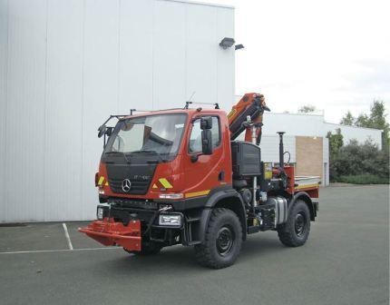 Véhicule pour la lutte contre les feux de forêt. Véhicule avec citernes d'eau de grande capacité pour lutter contre les feux de forêt.