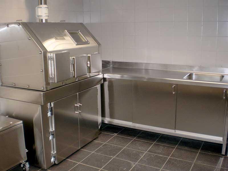 Fabricación en instalación de cabina radiológica, contenedor de residuos y mobiliario de trabajo construidos en acero inoxidable.