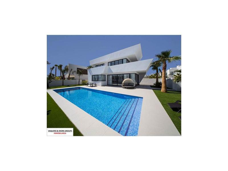 Villas de lujo de 4 dormitorios y 3 baños ubicadas en La Marina - Costa Blanca, junto a varios campos de golf.