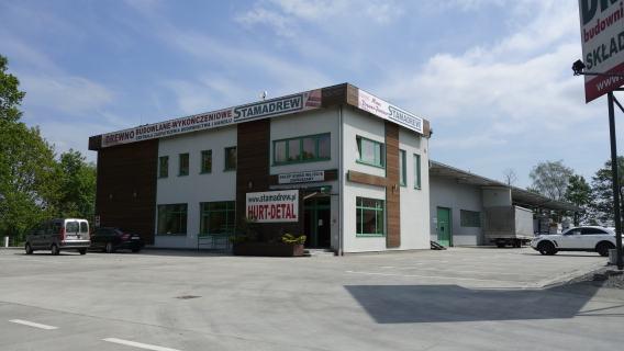 Siedziba firmy, mieszcząca magazyny drewna profilowanego oraz konstrukcyjnego, biura oraz sklep detaliczny.