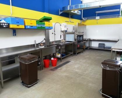 Impianto di lavaggio con lavastoviglie a trascinamento di cestelli COMENDA