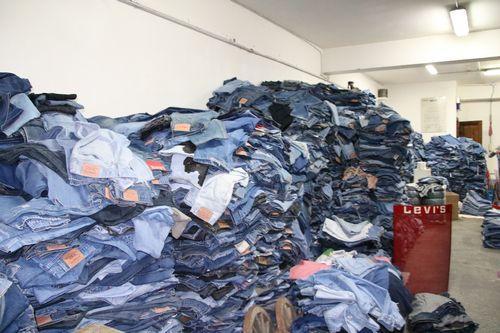 Nel nostro magazzino disponiamo costantemente di grossi quantitativi di jeans vintage divisi per colore e per taglia.