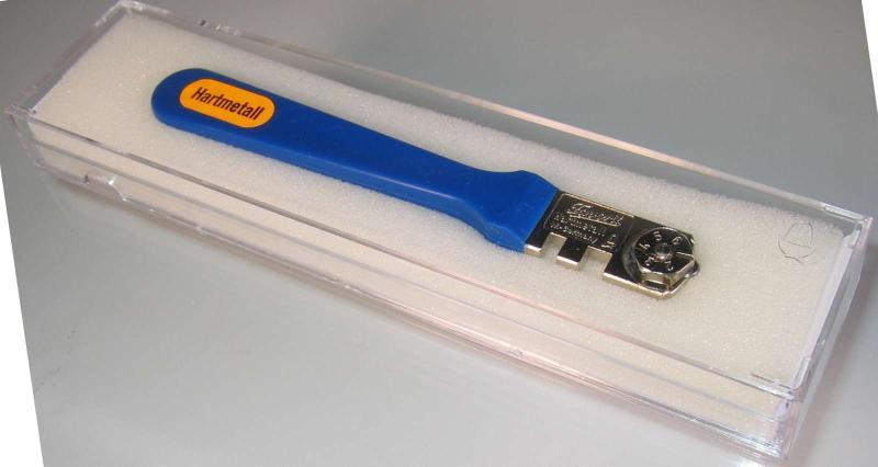 """Glasschneider """"FAVORIT-G"""" mit Hartmetall-Schneidrädchen für Glas von 2 bis 12 mm. Schneidleistung bis zu 50000 m. Kunststoffgriff, Kopfteil + Diske vernickelt, in glasklarer Kunststoffbox, Nr. 1110"""