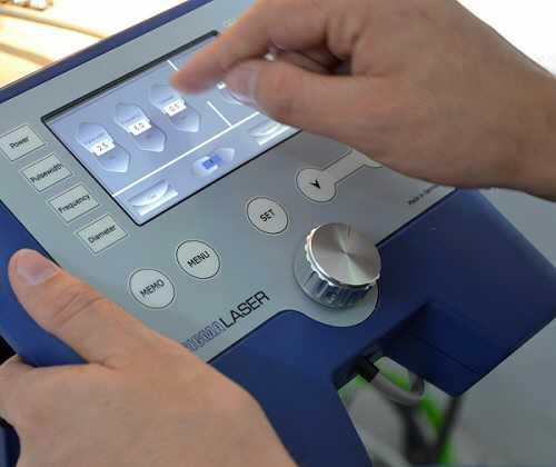 Das abnehmbare Touch-Display mit Magnethalterung vereinfacht die Bedienung der Anlage und die Kontrolle der Laserparameter zusätzlich. Auf 50 Speicherplätzen können Sie hier Ihre Parameter speichern.
