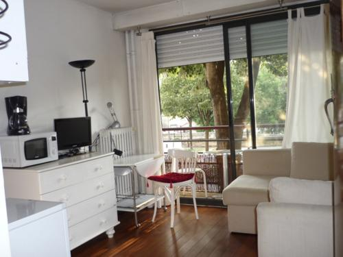 This lovely 17sqm apartment is located in Bastille neighbourhood. Suitable for a young couple.