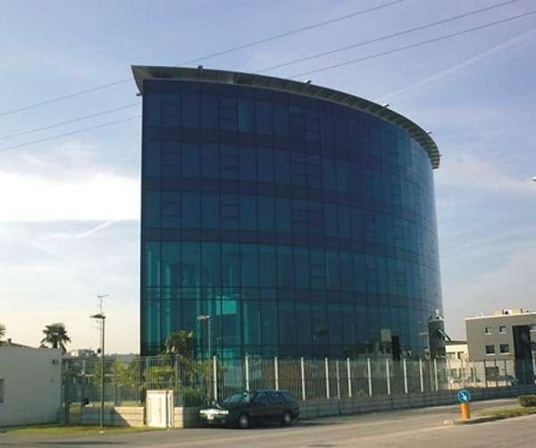 Arch. Sergio Carta.  L'edificio presenta alcune soluzioni tecnologiche avanzate come le facciate continue strutturali poligonali con tamponamento misto vetro/Alucobond e struttura in alluminio.