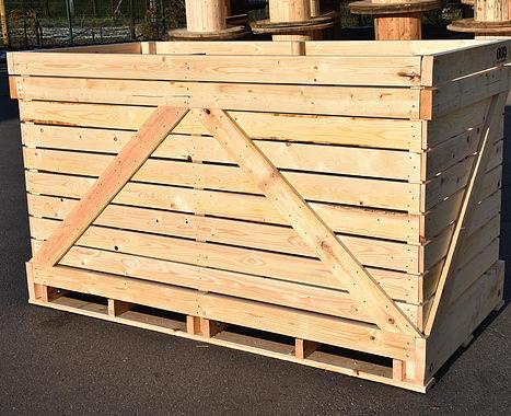 """Nous utilisons exclusivement du sapin du Nord séché à 18%.Notre bois n'a subi aucun traitement chimique dit """"de conservation"""". Nous fabriquons des palox aux dimensions standard de 300kg à 2T."""