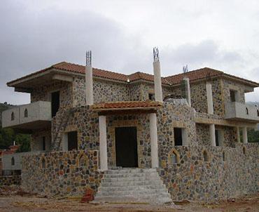 Κασκευή στέγη με ρωμαϊκό κεραμίδι σε πέτρινη κατοικία