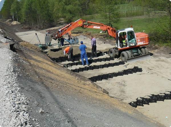 Instalacja geokraty komórkowej w nowym torowisku / Geoweb/geocell instalation in new railway track. Linia E-65 Warszawa-Gdańsk. Dystrybutor/Seller: Hydro-Centrum I, Wrocław