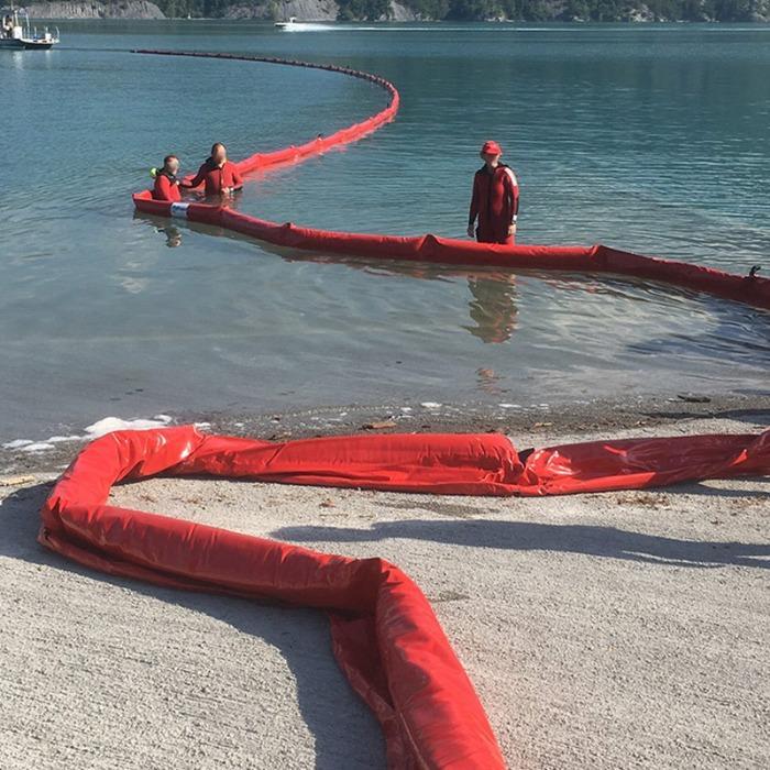 Barrages flottants pour prévenir ou gérer une pollution en milieu aquatique.