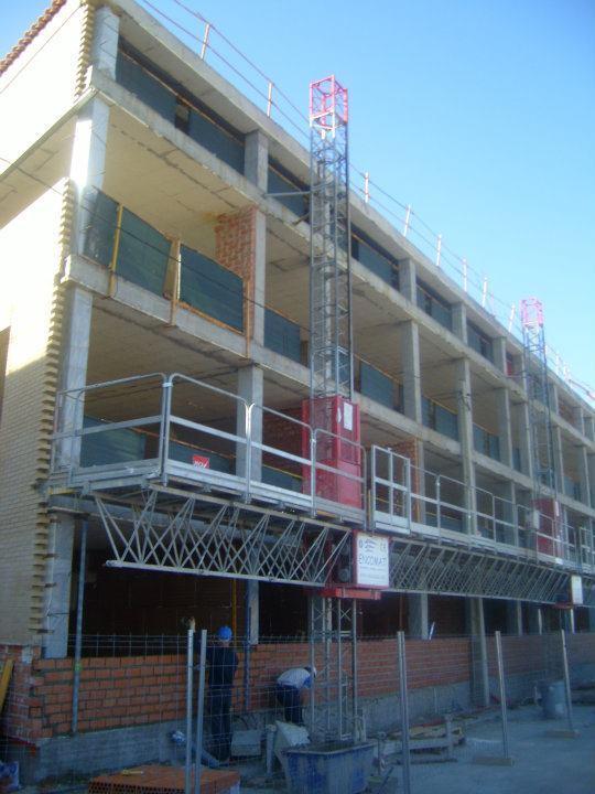 Andamio motorizado iza 30.100 de la casa encomat en comosicion bimastil para realizacion de cerramiento de fachada con ladrillo cara vista en edificacion de nueva construccion.