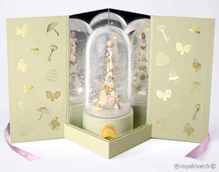 Boule à neige Snowglob'art musicale aux couleurs de Ladurée. Une Tour Eiffel ornée de gourmandise dans un écrin avec miroirs. Dôme en verre, figurine peinte à la main. Made in France.