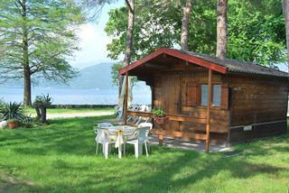 Il campeggio dispone di caratteristici bungalow con vista sul lago.