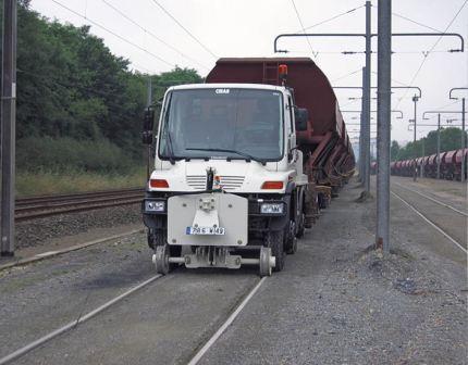 L'UNIMOG Rail-Route Traction est le concept idéal pour la traction de wagons voies ferrées, en particulier sur les embranchements privés.
