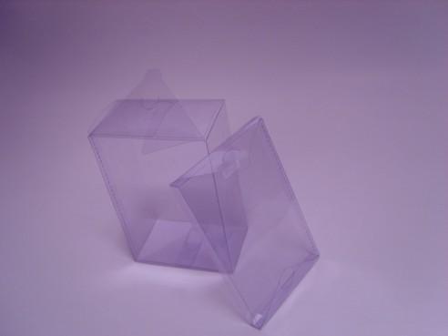Pudełka z folii twardych do samodzielnego złożenia z płaskiego wykroju lub częściowo zgrzane.