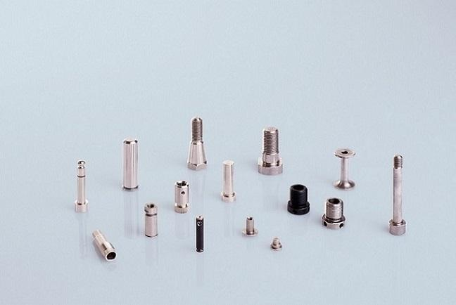 Wir fertigen für Sie nach Norm oder Zeichnung ø 1-30mm,Länge: 4-250mm  Aus diversen Stahlsorten und Edelstählen gedreht, gehärtet, geschliffen Gewinde ist möglich