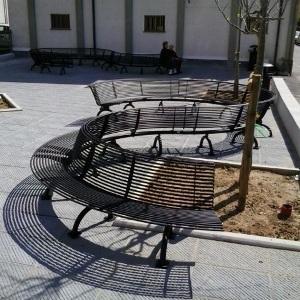 Panchina angolare con schienale posizionabile una attaccata all'altra a creare una composizione infinita