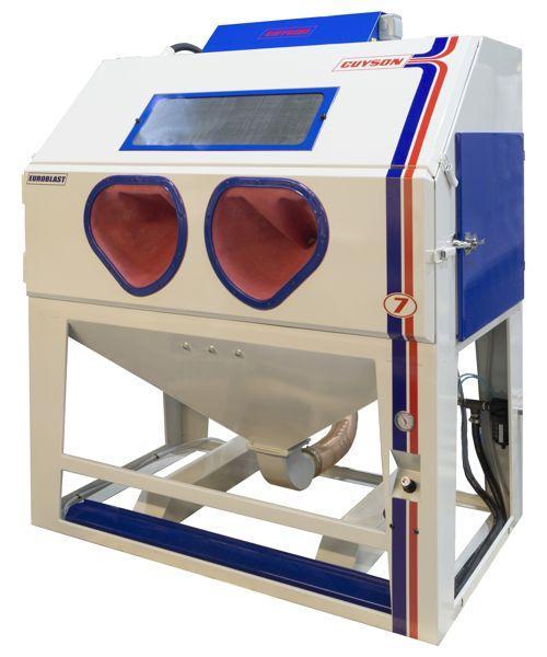 Cabine de sablage alimentée sous pression par exemple pour le décapage intensif de pièces automobiles de collection