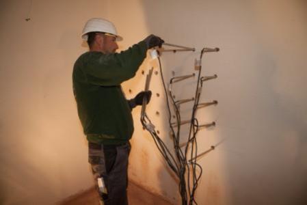 Mauern entfeuchten durch das Bohrlochverfahren