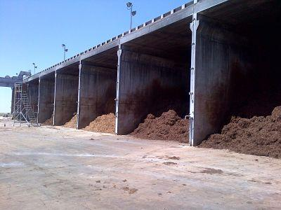 Nuestra fabrica de compost nos asegura tener una materia prima óptima para el posterior cultivo del champiñon.