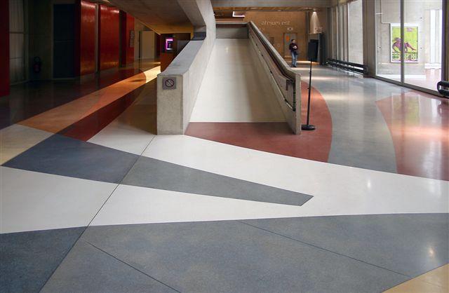 Sol en résine et marbre, coulé et poncé sur place ; large choix des couleurs liant et tailles d'agrégats. Très résistant au trafic piétonnier, bénéficiant d'un classement UPEC U4P4 bâtiment public.