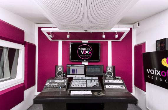 Voice over, dubbing, mixing… Discover Pinkbox, the recording studio where anything is possible! The recording studio has a spacious sound booth for all your animated films and dubbing needs!